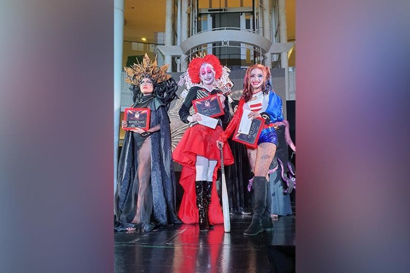 Ruby MassKara queen candidates #4 Andrea Sagario (center) who played as Red Queen rises as the grand winner followed by candidate #3 Moira Abesamis as Valentina, (1st from left) who placed the second runner up and candidate #6 Vina Marie Peña as Harley Quinn as third runner up.