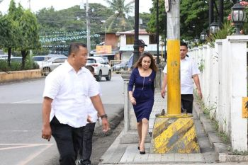 FOUR WHEELS GOOD, but two LEGS BETTER. Cebu Gov. Gwendolyn Garcia walks on the sidewalk near the Capitol compound after her service vehicle got caught in heavy traffic on Don Gil Garcia St., Cebu City Monday, Oct. 14, 2019. Garcia was forced to walk to arrive in time for the 8 a.m. flag raising ceremony. (Contributed photo / Capitol PIO)