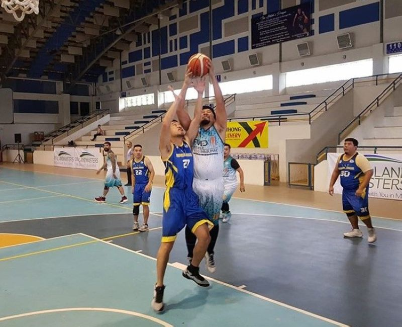 Players from Batches 1996 and 1995 go for the rebound in their SHAABAA game last Sunday.(Contributed foto)