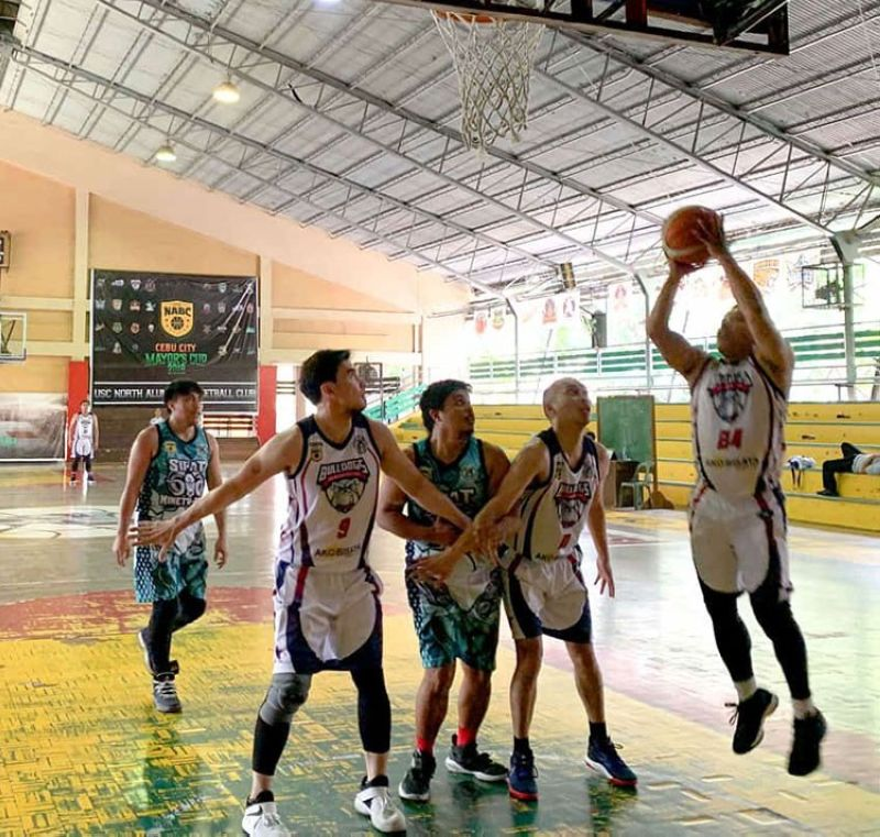 Players from batches 1994 and 1998 battle it out during the Seniors division of the University of San Carlos North Alumni Basketball Club (NABC) 2019 Cebu City Mayor's Cup at the USC North Campus gym on Sunday, October 13, 2019. (Contributed foto)