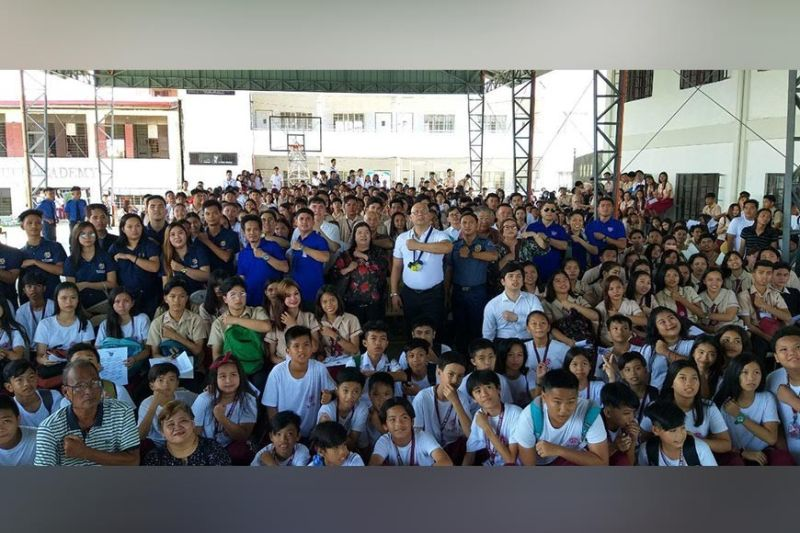 "PAMPANGA. PATROL Partylist Representative Jorge Antonio Bustos together with some 700 students flash the ""shield"" sign during Friday's Youth Leadership Summit in Masantol, Pampanga. (Chris Navarro)"