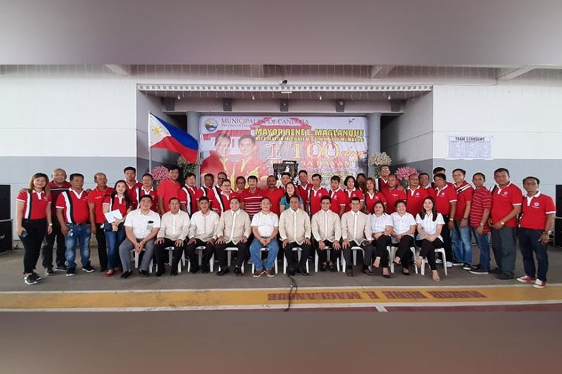 PAMPANGA. Mayor Rene Maglanque is joined by Board Member Pol Balingit, Vice Mayor Michael Sagum, municipal council members and chairmen of the 33 villages after delivering the first 100 days accomplishment report. (Princess Clea Arcellaz)