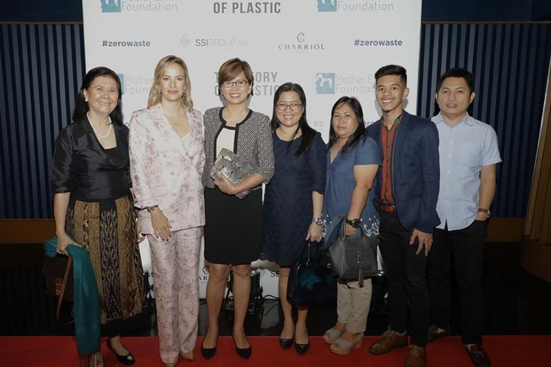 "PAMPANGA. Personnel of the City of San Fernando Environment and Natural Resources Office grace the screening of international documentary on plastic pollution, ""The Story of Plastic,"" on October 10, 2019 at the Central Square, Bonifacio Global City, Taguig. Joining them are Coralie Charriol, the film's executive producer, and Mother Earth Foundation Chairperson Sonia Mendoza. (Photo by CSF-CIO)"