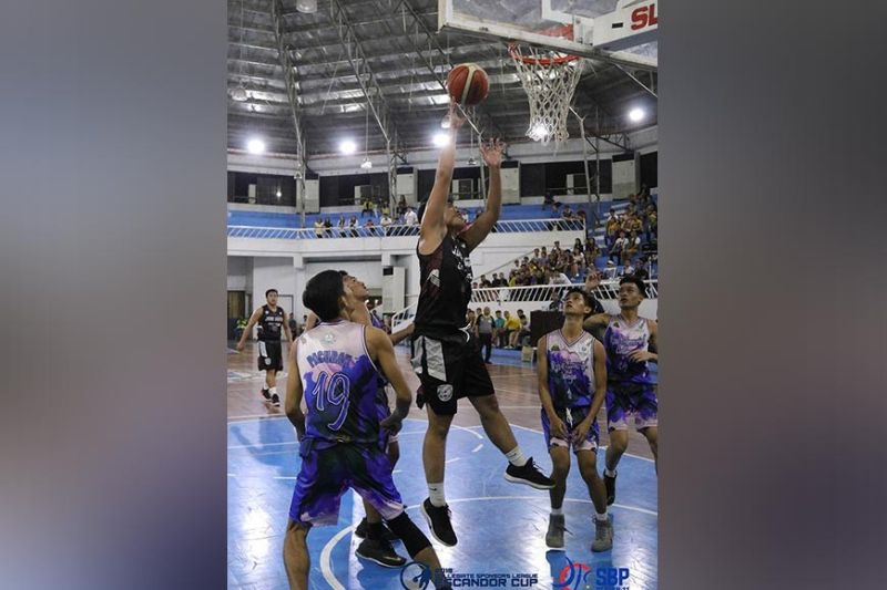 SHOOT. A Jose Maria College (JMC) Kings player shoots against Rizal Memorial Colleges (RMC) Bulldogs defenders during the 2019 Collegiate Sponsors League (CSL) Escandor Cup opening held at Almendras Gym Davao City Recreation Center Sunday, October 13. (COLLEGIATE SPONSORS LEAGUE/ESCANDOR CUP)