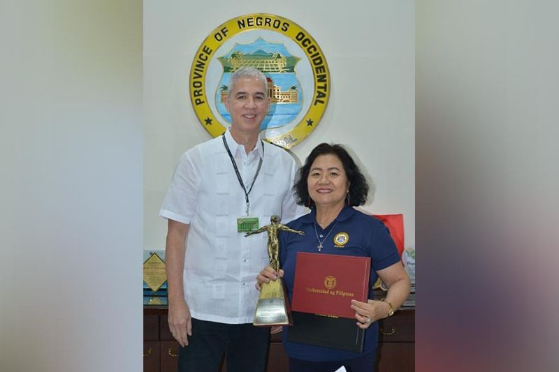 BACOLOD. Provincial Planning and Development coordinator Dr. Ma. Lina Sanogal presents to Governor Bong Lacson her Distinguished Alumni Award for Good Governance and Public Service given by the University of the Philippines - Los Baños. (Contributed photo)