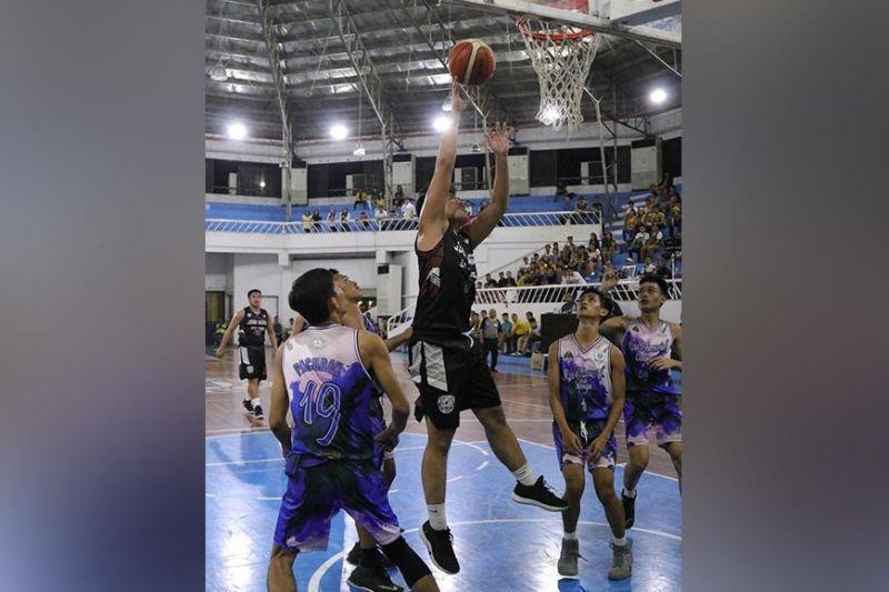DAVAO. Magduduwa sa Jose Maria College Kings mipasud sa bola, samtang nag-atong ang mga players sa ubos sa Rizal Memorial Colleges Bulldogs atol sa 2019 Collegiate Sponsors League Escandor Cup opening nga gihimo sa Almendras Gym Davao City Recreation Center, Dominggo, Oktubre 13, 2019. (Tampo nga hulagway)