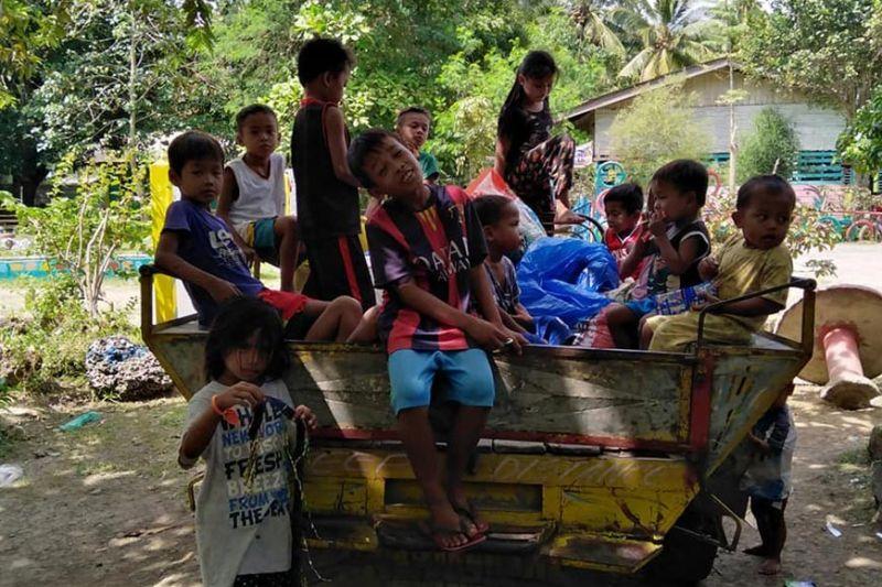 DAVAO. Makita ang mga bata nga apil sa namakwit aron nga di maipit sa giyera sa duha ka kumander sa Moro Islamic Liberation Front. (Edgar E. Fuerzas)