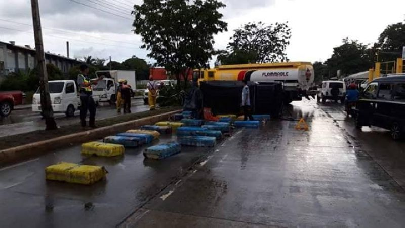 GIDALI: Kabomberohan, traffic enforcers ug disaster management officers sa Dakbayan sa Talisay daling miresponde sa pagkalimbuwad ning pick-up truck sa South Coastal Road tungod sa mga karga niining butane canisters nga kuyaw nga moulbo. (Tampo sa Talisay City Disaster Risk Reduction Management Office)
