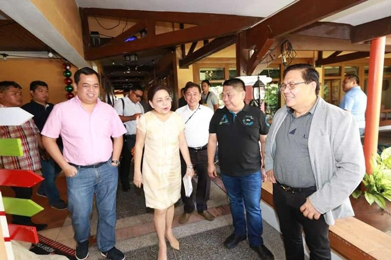 PAMPANGA. Senator Cynthia Villar is accompanied by (from left to right) Apalit Mayor Jun Tetangco, former Salapungan barangay chairman Rey Malig, Bacolor Mayor Diman Datu, and BBI president and CEO Dr. Irineo Alvaro Jr. during the Rotary Inter-club meeting at Gracelane Hotel, City of San Fernando, on Wednesday, October 16, 2019. (Chris Navarro)