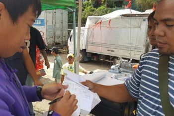 BAGUIO. A City Camp-bound jeepney driver took advantage of the voluntary smoke emission organized by Lower Rock Quarry barangay captain Benigno Marzan to meet the city's stringent smoke emission standards. (Jean Nicole Cortes)
