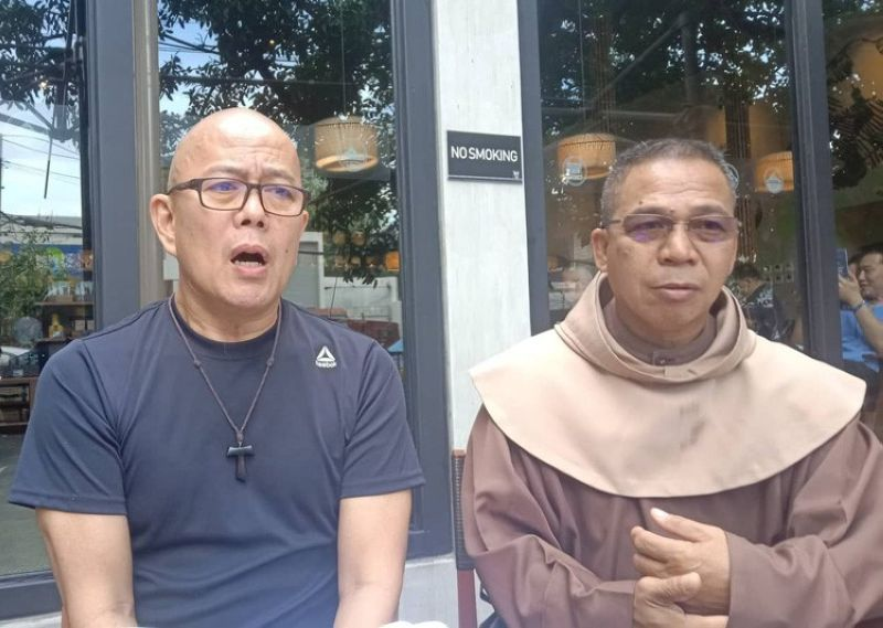 Fr. Robert Reyes (left) is in Cebu earlier today to join local environmentalists in their campaign to prevent the cutting of century-old trees growing along the national highway in the City of Naga. Along with Reyes is Bro. Simon Peter Jardinico, chairman of the Franciscan Solidarity Movement for Justice and Peace Integrity of Creation, one of the groups opposing the tree cutting in the City of Naga. (SunStar foto/Wenilyn B. Sabalo)