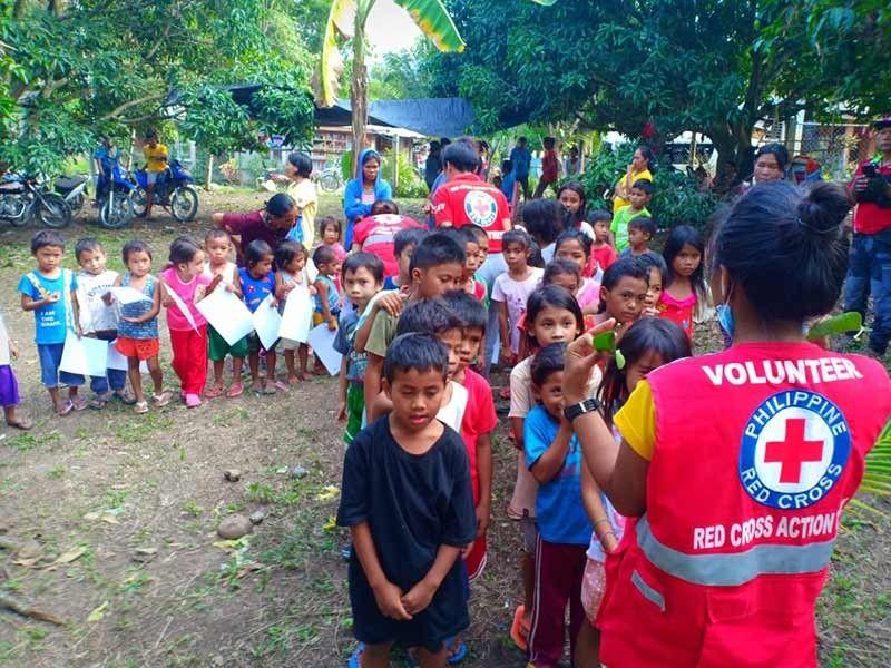 DAVAO. Mga bata sa Magsaysay, Davao del Sur gilingaw sa mga personahe sa Red Cross aron nga mawala ang ilang trauma sa nahitabong magnitude 6.3 nga linog niadtong Miyerkules sa gabii, Oktubre 16, 2019. (Orlando B. Dinoy)