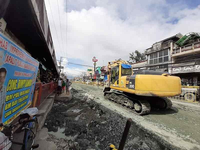 PAMPANGA. The status of McArthur Highway in Apalit town weeks before the promised completion date of the project contractor. (Princess Clea Arcellaz)