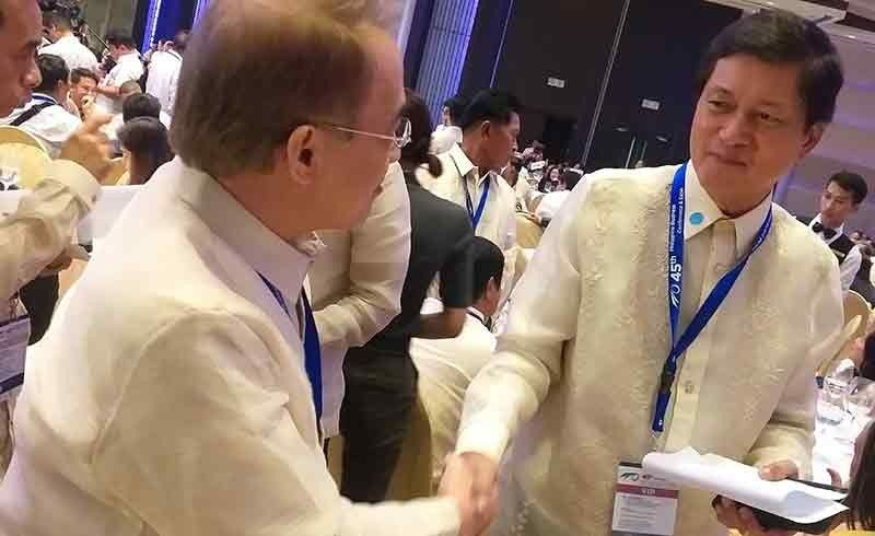 MANILA. Philippine Food Processors and Exporters Organization Incorporated president Roberto Amores (right) and Metro Bacolod Chamber of Commerce and Industry chief executive officer Frank Carbon on the sidelines of the 45th Philippine Business Conference at The Manila Hotel in Manila City Thursday, October 17, 2019. (Photo by Erwin P. Nicavera)
