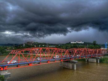 CAGAYAN DE ORO. Dark clouds blanket Cagayan de Oro as seen above Ysalina Bridge, as the city experienced heavy rain due to thunderstorms. (Photo courtesy of Jay Arancon)