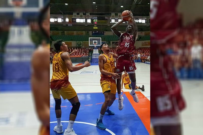 LEADERS. Southwestern University-Phinma, which is tied for the lead with the University of the Visayas, will bank on Lamine Thiam (right) against the University of Southern Philippines Panthers. (SunStar File Photo)