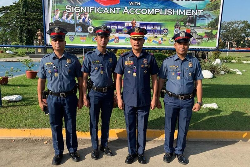 PAMPANGA. The 2nd Provincial Mobile Force Company led by Police Lieutenant Colonel John Clark (3rd, L) show their medals after award ceremonies in the City of San Fernando. (Ian Ocampo Flora)