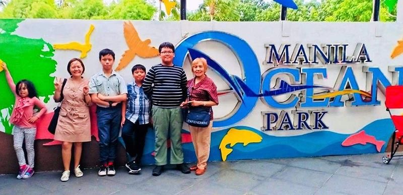 MANILA. At the entrance of Manila Ocean Park are: Erin, Tintin, Earl, Enzo, Ethan, and the author. (Photo by Debb Bautista)