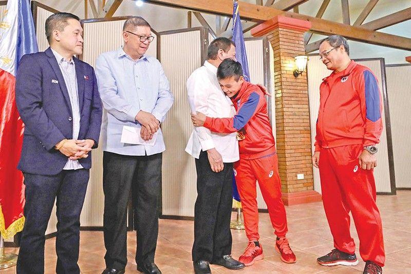 MANILA. Si Presidente Rodrigo Duterte gigakos ni 2019 Aiba Women's World Boxing Championships gold medalist Nesthy Petecio human sila naghimamat sa Malago Clubhouse sa Malacañang, Oktubre 16, 2019. (Presidential photo)