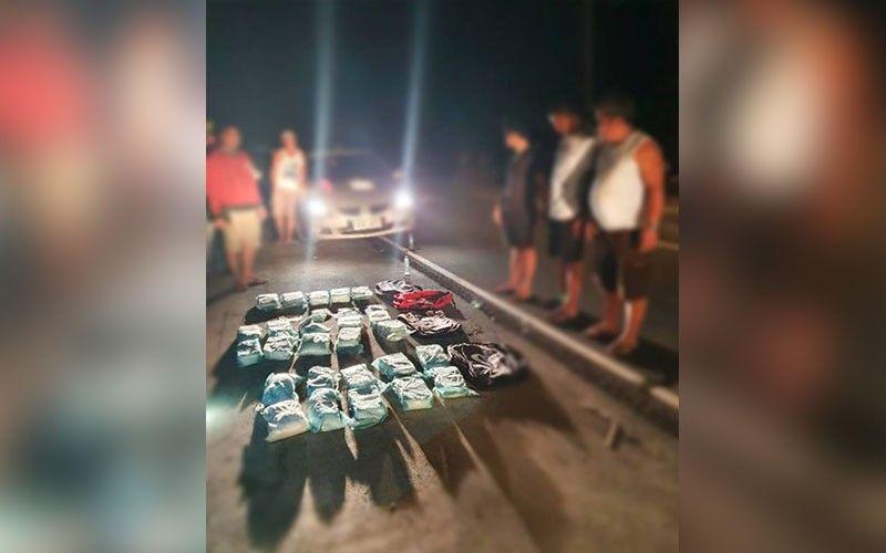 DRUGS: Gihikyad sa kapulisan sa Gandara, Samar ug uban pang units ug sa Philippine Drug Enforcement Agency (PDEA) 8 ang 88 ka kilo nga drugas nga ilang nakuha gikan sa duha ka mga sakyanan nga gisakyan sa unom ka mga tawo, lima kanila taga Cebu. (Gikan sa PDEA 8)