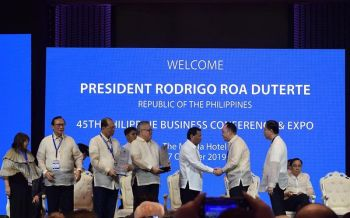 THE CHAMBER'S FIRST. Stanley Go (second from right), president of Mandaue Chamber of Commerce and Industry, receives the chamber's award from President Rodrigo Duterte (third from right), during the 45th Philippine Business Conference and Expo in Manila. (Photo grabbed from MCCI's official facebook page)