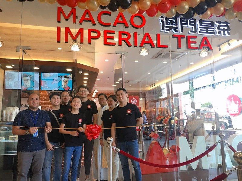 PAMPANGA. The Valdez family from Angeles City and SM City Pampanga mall manager Aaron Montenegro open the newest branch of Macao Imperial Tea on Friday, October 18. (Photo by Charlene A. Cayabyab)