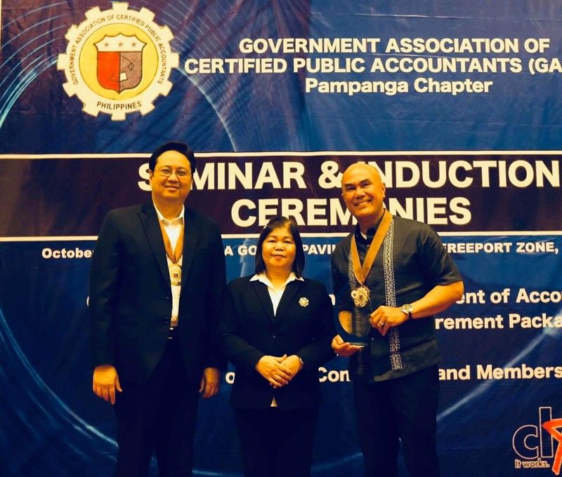 MABALACAT. Mabalacat City Mayor Crisostomo Garbo receives a Plaque of Appreciation from Clark Development Corporation President Noel Manankil and newly inducted President of Government Association of Certified Public Accountants-(GACPA) Pampanga Chapter and GACPA executive vice president Helen Punzalan of the Commission on Audit. Garbo commended the 300-strong organization for keeping government transactions transparent and above board. (Contributed photo)
