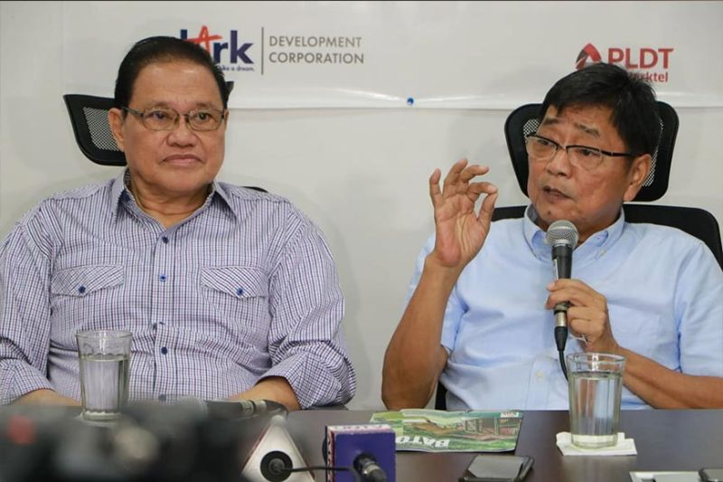 City of San Fernando Mayor Edwin Santiago (right) and Clark Development Corporation (CDC) vice chairman Benjamin Defensor (left) share with members of the Capampangan in Media Inc. (CAMI) the need to stop the use of plastics in order to save the environment. (Chris Navarro)