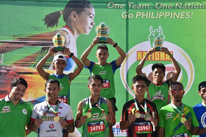 21K WINNERS. Men's 21K champion Arlan Arbois, Jr., first row center, joins other top 10 finishers during the awarding rites of the 42nd National Milo Marathon Davao Leg held in an out-and-back from SM Lanang Premier yesterday, October 20. (Macky Lim)