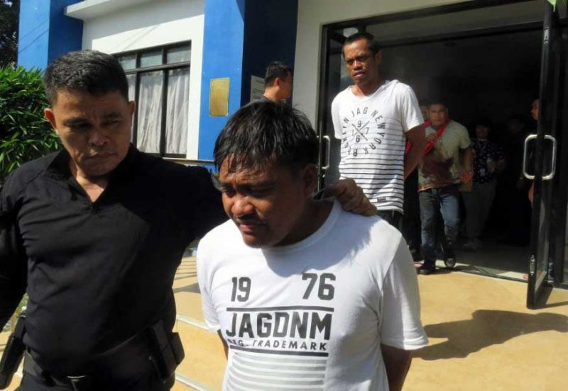 "DOWN TO FIVE. SWAT personnel from the Bogo City Police Office escort five arrested suspects in Saturday's J Centre Mall heist. In photo, Jun Candelaria (foreground), James Anthony ""Macky"" Gomez and Arnel Cimafranca (wounded, at the back) are led out of the Bogo Police Station detention cell for transfer to the Mandaue City Police Office Sunday, Oct. 20, 2019. Four other suspects were shot dead during the hot pursuit operation in Polambato Wharf  in Bogo City, where the getaway vehicles were supposed to board a ferry to Masbate. Inset, the Toyota Innova and four motorcycles seized from the suspects. (SUNSTAR FOTOS / ALLAN CUIZON)"