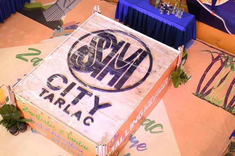 "PAMPANGA. The 108-kilo giant native cake enjoyed by 2,000 mall goers at SM City Tarlac's ""Food and Adventure BESTival."" (Contributed photo)"