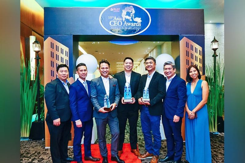 AWARD. PayMaya executives are in full force receiving the recognitions. From left are PayMay  head of enterprise IT Ulysses Naguit, chief product officer Mitch Padua, head of growth and brand marketing Raymund Villanueva, business head for government sector Marvin Santos, head of enterprise business Mar Lazaro, head of wallets business Kenneth Palacios and enterprise sales head Rhea Matute. (Contributed photo)