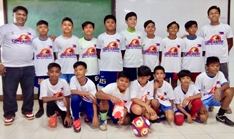CAGAYAN DE ORO. Team CdeO-Little Me Academy FC booters, wearing their brand new uniforms, strike a pose with coach Marlon Merlin (Standing left). (Supplied Photo)