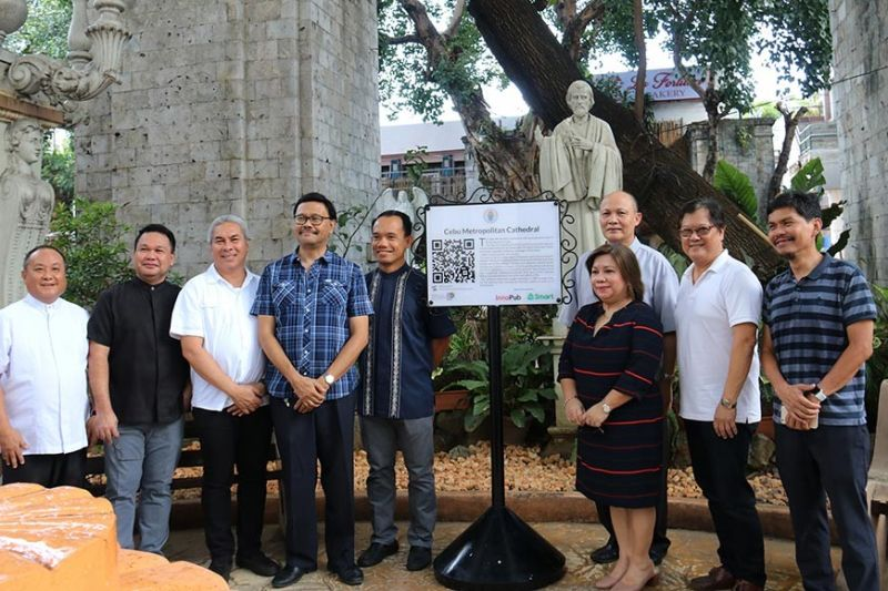 HERITAGE ADVOCATES. The team of pastors of the Cebu Metropolitan Cathedral join Innopub co-founder Max Limpag (extreme right), Smart  Communications Visayas-Mindanao public affairs head Maria Jane Paredes (third from right) and Fr. Brian Brigoli, head of the Cebu Archdiocesan commission for the culture and heritage, (fifth from left) during the launching of the QR Code markers at the Cathedral on Monday, Oct. 21, 2019. (SunStar photo / Amper Campaña)