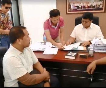 Rodolfo Ugang Jr. (left, seated) talks Cebu City Mayor Edgardo Labella to clear his name after
