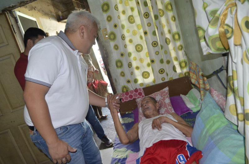 PAMPANGA. Angeles City Mayor Carmelo 'Pogi' Lazatin, Jr. visited Eladio Mallari, a senior citizen in Barangay Salapungan, Sunday, October 20. Mallari was also celebrating his 74th birthday that day and got a birthday cake from the local chief executive. (Photo courtesy of Marlon Zarate)