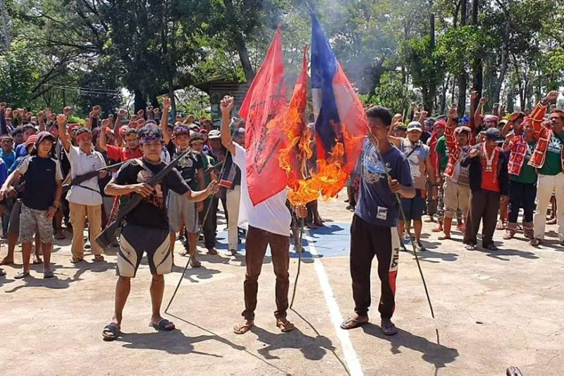 BUKIDNON. Gisunog sa mga NPA surrenderee ang flag sa walhong grupo niadtong adlaw'ng Lunes, Oktubre 21, 2019, atol sa ilang pagtahan sa Maramag, Bukidnon. (4ID-PA)