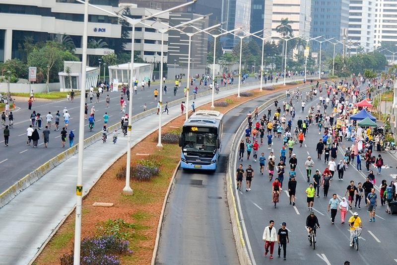 INDONESIA. Many were jogging and having their morning walk while others were on scooters, bikes, and skateboards during the car-free day in Jakarta. Implemented in certain areas of the city every Sunday, cars are not allowed in these areas from 6 a.m. to 11 a.m. (Photo by Reuel John F. Lumawag)