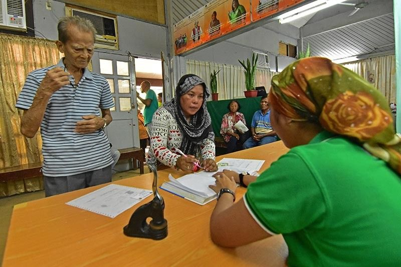 DAVAO. Since last week, senior citizens rush to get voter's certificate at the Commission on Election Office in Magsaysay Park in Davao City hoping to get the financial assistance from the city. However, the said assistance is yet to be approved by the city council as it is still under second reading. (Macky Lim)