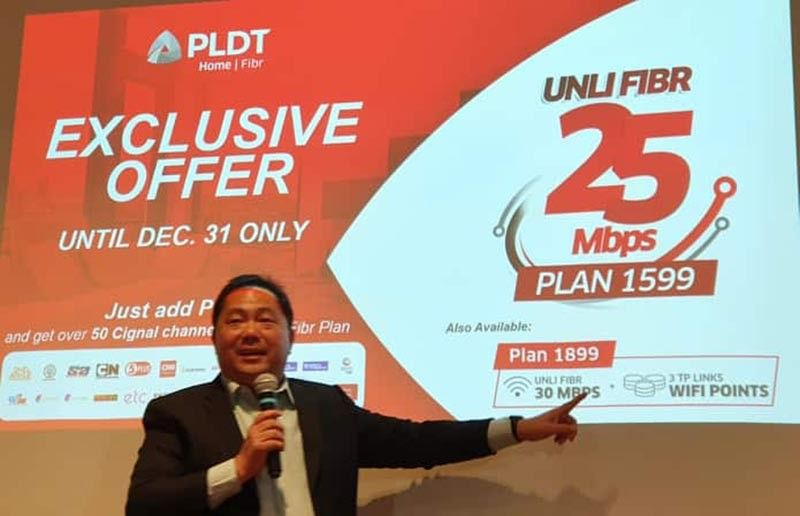 CLARK FREEPORT. John Palanca, Vice President and Regional Head of PLDT and Smart, explains the benefits of unlimited Fibr internet of up to 25Mbps, unlimited calls to Smart, Sun, TNT, free landline, modem and installation, during the press presentation Wednesday, October 23, to Pampanga-based media at Park Inn Hotel, SM City Clark. (Photo by Chris Navarro)