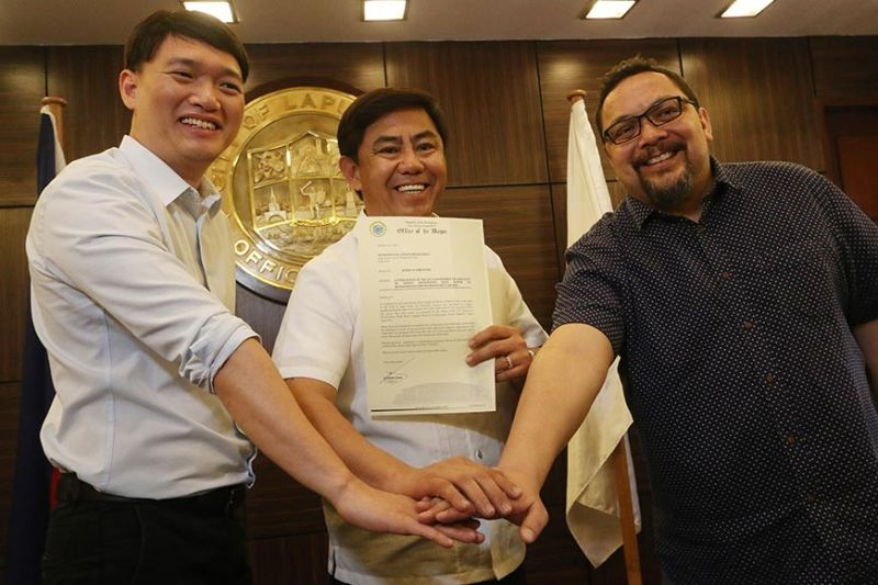 18-MONTH SOLUTION. Lapu-Lapu City Mayor Junard Chan (center) signs a deal with Jose Antonio Soler (right) and Oliver Tan (left) of CitiCore Water for the construction of  two desalination plants.  The two plants, worth P3.5 billion, will be finished in 18 months. (SunStar photo / Alan Tangcawan)