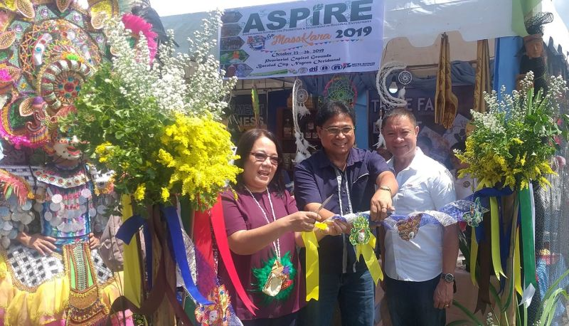 "BACOLOD. Department of Agriculture-Western Visayas technical director for operations Rene Famoso (center), DTI-Negros Occidental director Lea Gonzales (left) and provincial agriculturist Japhet Masculino lead the opening of the four-day ""Aspire sa MassKara 2019"" Trade Fare and Exhibition at the Provincial Capitol Grounds in Bacolod City Wednesday, October 23, 2019. (Photo by Erwin P. Nicavera)"