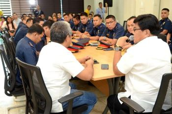 SUGGESTIONS. Cebu City Mayor Edgardo Labella listens to suggestions to improve security measures at the malls. (Cebu City PIO)