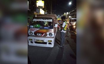 GIISYUHAN: Usa ka traffic enforcer sa City of Talisay Traffic Operations Development Authority (CT-TODA) naag-issue og citation sa usa ka drayber sa PUJ. (Gikan sa CT-TODA)