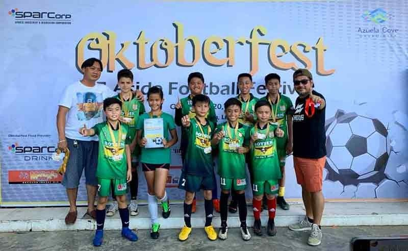 DAVAO. Ang Rovers Football Club (FC) players ug coaches midawat sa ilang gold medals human manguna sa mix 11 division sa Sparcorp Oktoberfest Football Festival sa Azuela Cove sa Lanang, Davao City. (Sparcorp)