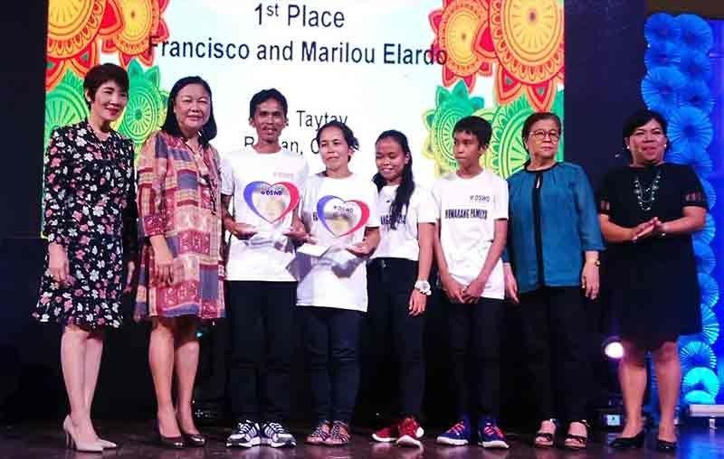 MODEL FAMILY. Officials of the Department of Social Welfare and Development 7 award the family of Francisco Elardo of Badian, Cebu as the winner of the Regional Huwarang Pantawid Pamilya search on Wednesday, Oct. 23, 2019. (Sunstar Photo / Allan Cuizon)