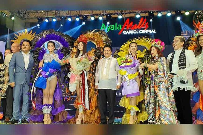 Bacolod City Mayor Evelio R. Leonard is (fifth from left) with Bacolod City Vice Mayor El Cid Familiaran, and Bacolod Representative Greg Gasataya, with the newly declared top three winners in the Ruby MassKara queen pageant led by MassKara Festival Queen 2019 Trecia Tuquero (fourth from left), first runner up Chaira Victoria Juarez, and second runner up Vina Marie Peña. With them are the two top winners and pageant judges Tessa Prieto-Valdez and Jojie Dingcong. (CNC)