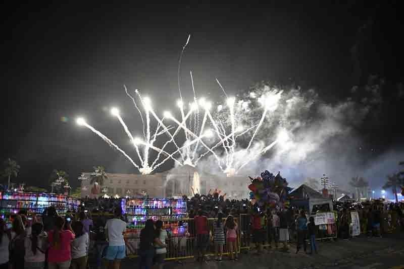 """Throngs of Bacolodnon families watched the dazzling fireworks display at the Bacolod City Government Center, Thursday, October 24, 2019 on the second night of the """"Sadya ang MassKara With Mayor Bing: National Fireworks Display Competition"""" with a fireworks company from Bulacan and a fireworks company from Bacolod. The next fireworks displays will be on Friday night, October 25 at 10 p.m. at the Tourism Strip on Lacson Street, and Sunday, October 27 at 9 p.m. for the Champions' Showdown at the Bacolod City Government Center grounds. (Contributed photo)"""