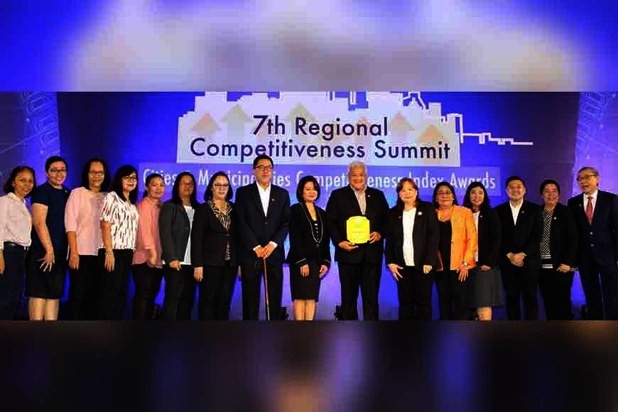 """PAMPANGA. Mayor Carmelo """"Pogi"""" Lazatin, Jr., City Treasurer Juliet Quinsaat, Business Permit and Licensing Division (BPLD) chief Evangeline Malonzo, City Legal Officer Ralph Macalino received second most improved HUC during the 7th Regional Competitiveness Summit–2019 Cities and Municipalities Competitiveness Index Award at the Philippine International Convention Center. (AC-CIO)"""