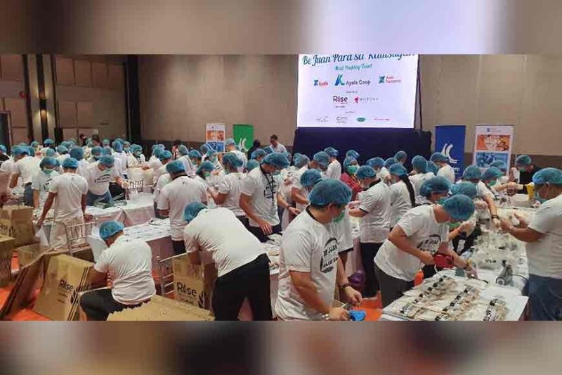 "PAMPANGA. Volunteers work systematically during the ""Be Juan Para Sa Kalusugan"" meal packing activity at the LausGroup Event Centre in the City of San Fernando. (Chris Navarro)"